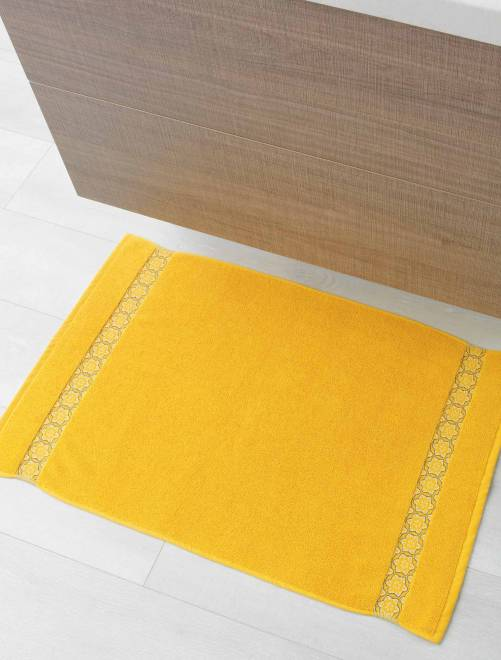 tapis de bain 50 x 85 cm linge de lit jaune kiabi 9 00. Black Bedroom Furniture Sets. Home Design Ideas