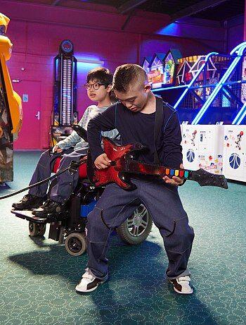 Pantalon 'Les loups bleus' adapté pour fauteuil - Kiabi