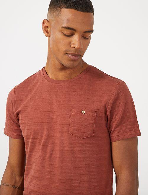 Getextureerd T-shirt met borstzakje                                         BRUIN Herenkleding