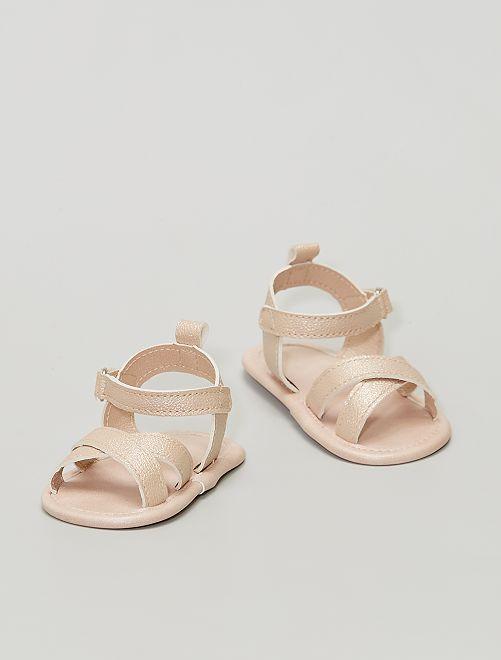 Sandalen van glanzend imitatieleer                             BIEGE