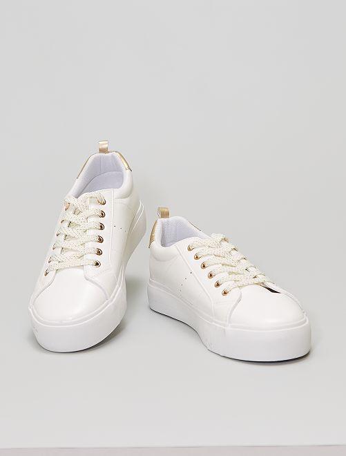 Sneakers met veters en dikke zool                                         wit