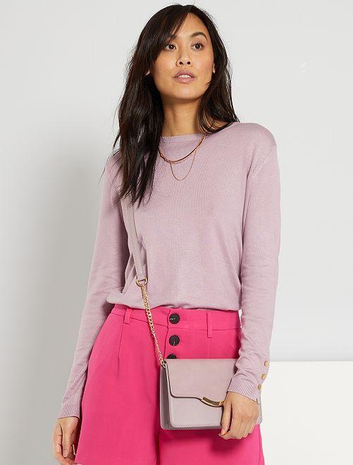 Trui van dun tricot met goudkleurige knoopjes aan de mouwboorden                                                                 roze